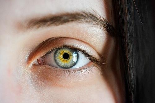 眉毛カラーを美容院で染めるのは違法?